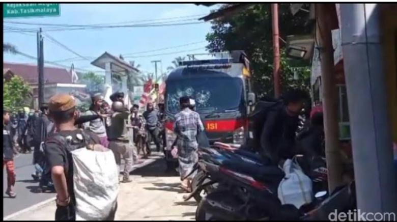 Dasar Tukang Rusuh, Pendukung Rizieq Rusak Mobil Polisi. Opini Indonesia  